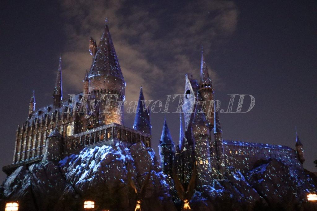 Pertunjukkan Hogwarts Castle di Malam Hari